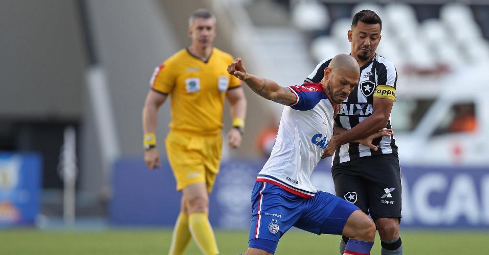 Rodrigo Lindoso marca Nilton em lance do jogo entre Botafogo e Bahia