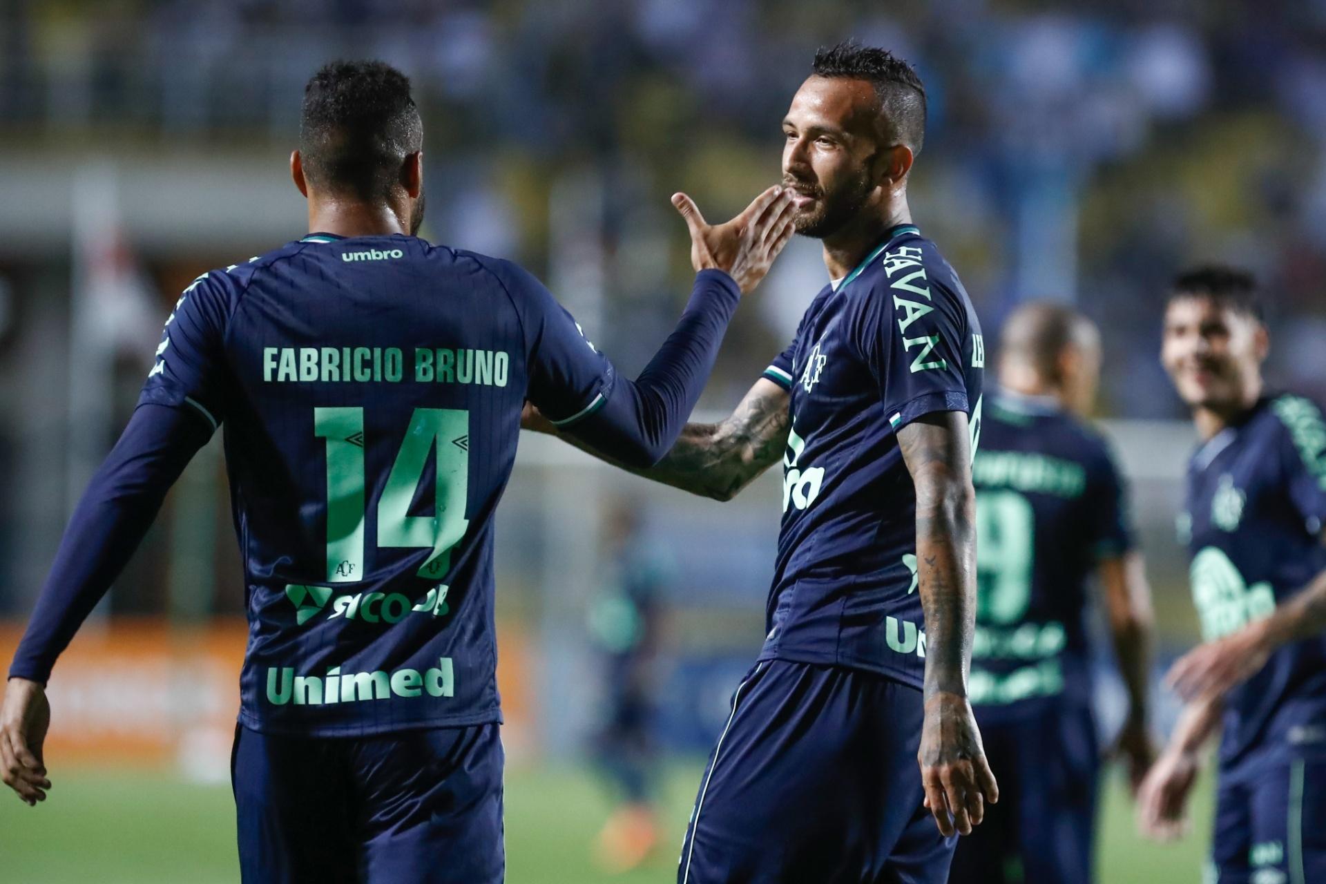 Vitória da Chapecoense deixa Corinthians a 3 pontos da zona de rebaixamento  - 12 11 2018 - UOL Esporte bbdd14950a34a