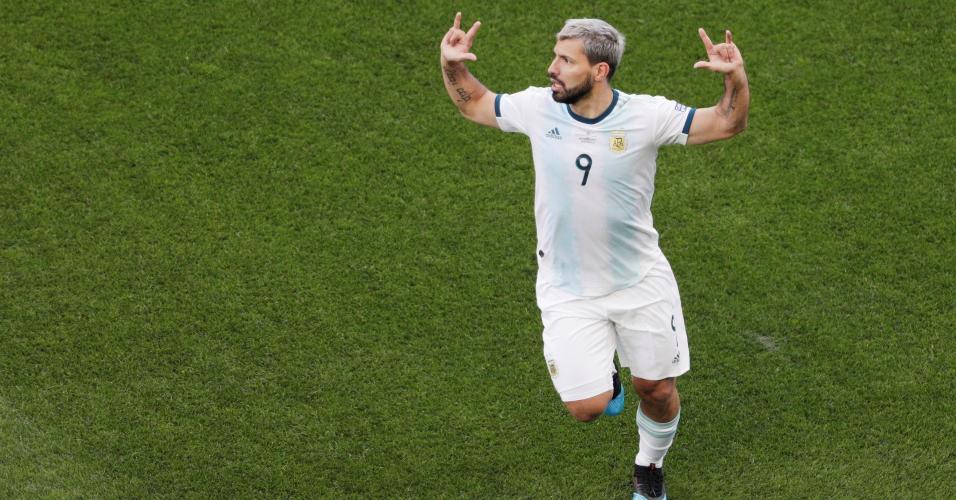 Aguero comemora gol que abriu o placar em Itaquera