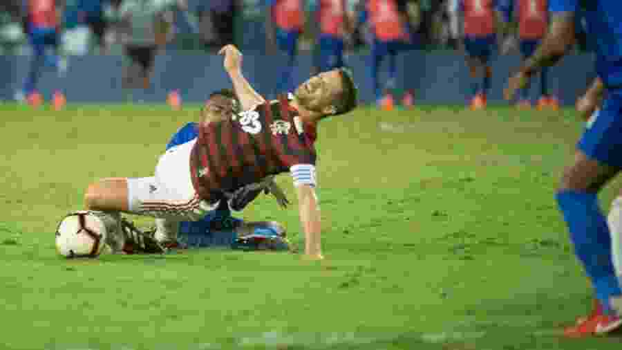 Diego sofreu falta de Dixon Arroyo em partida contra o Emelec, na última quarta-feira - Alexandre Vidal / Flamengo