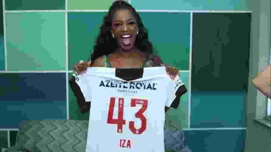 Iza é presenteada com uma camisa do Vasco pelo clube: cantora é torcedora declarada do Cruzmaltino - Twitter oficial do Vasco