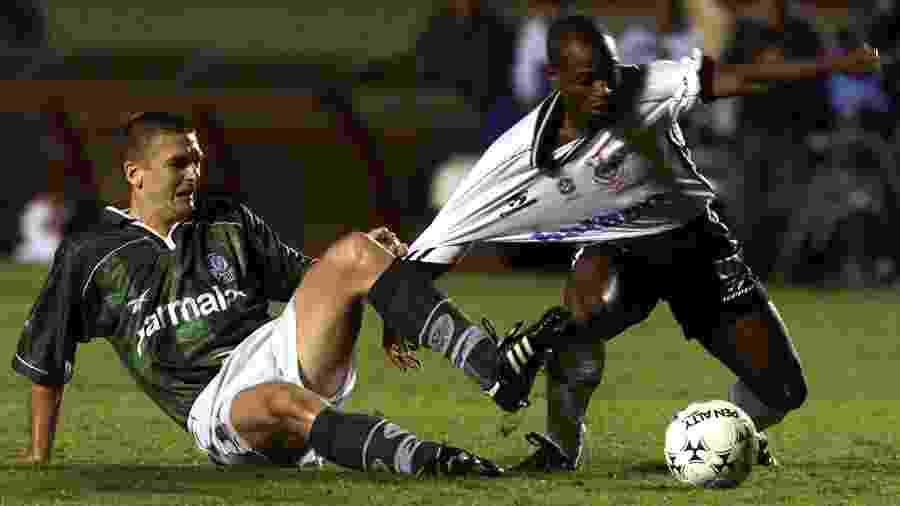 Galeano puxa Edilson, durante a partida entre Corinthians e Palmeiras, pela Libertadores de 1999 - Reuters