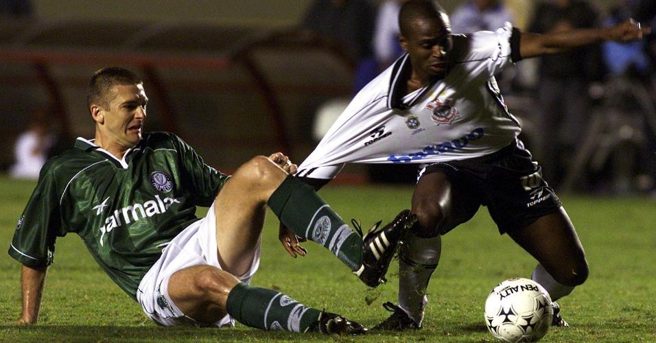 Galeano puxa Edilson, durante a partida entre Corinthians e Palmeiras, pela Libertadores de 1999
