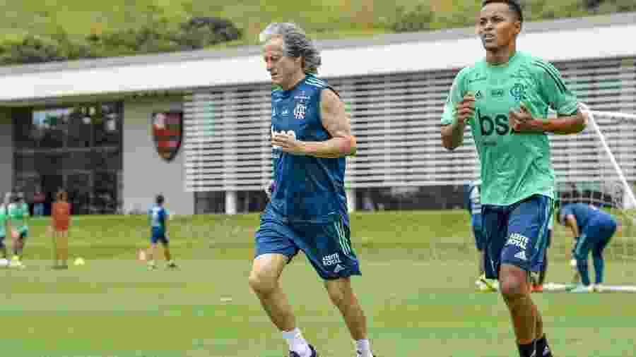 Lázaro, cria da base do Flamengo, corre ao lado de Jorge Jesus, técnico do profissional - Marcelo Cortes / Flamengo