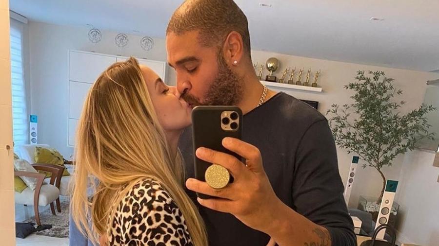Adriano Imperador beija namorada - Reprodução/Instagram