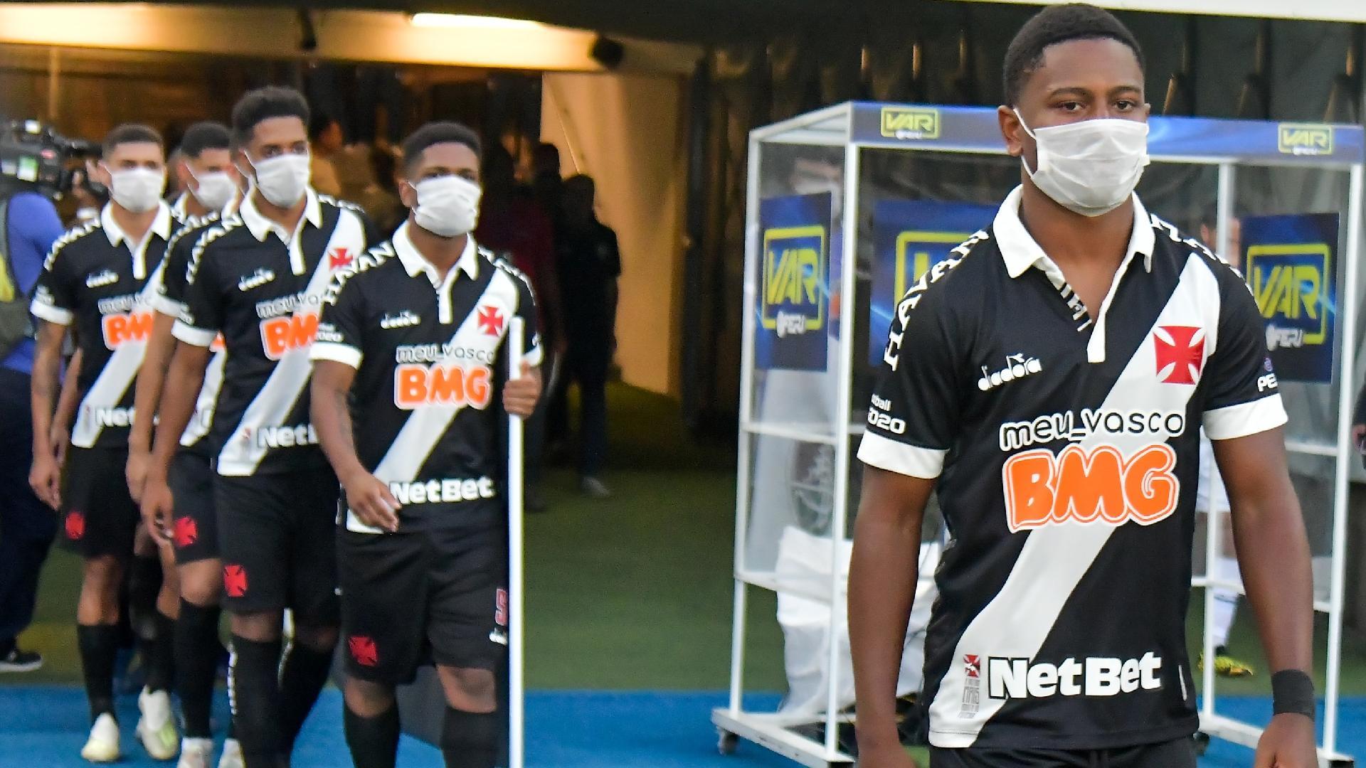 Time do Vasco entraram em campo com máscaras cirúrgicas