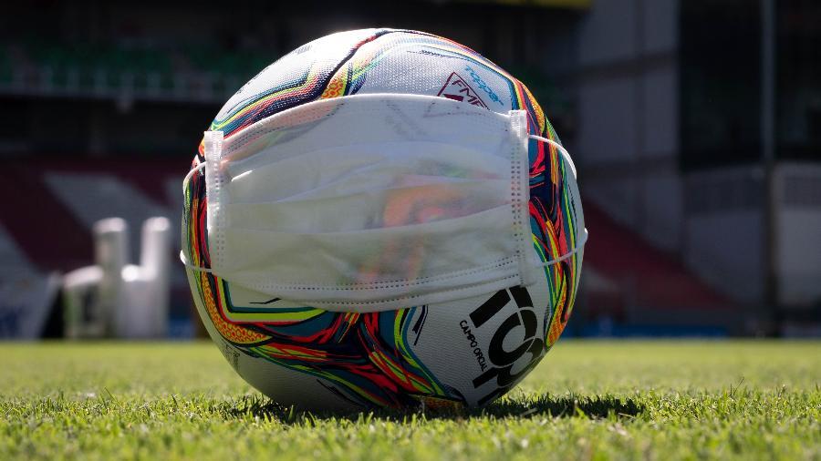 Bola em campo antes de partida entre Cruzeiro x Coimbra, pelo Campeonato Mineiro 2020, já com portões fechados - Fernando Moreno/AGIF