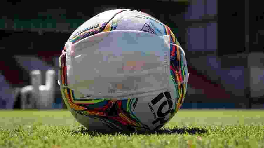 Bola em campo antes de partida do Campeonato Mineiro 2020, já com portões fechados - Fernando Moreno/AGIF