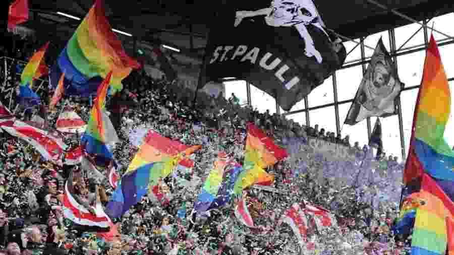Torcida do St. Pauli, da Alemanha, em dia de protesto em favor do movimento LGBTQ+ - Divulgação
