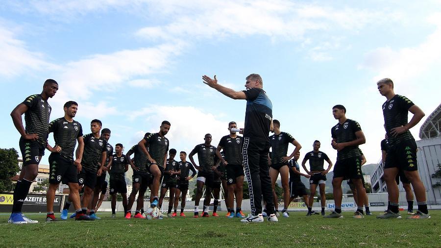 Técnico Paulo Autuori conversa com elenco do Botafogo - Vitor Silva/Botafogo