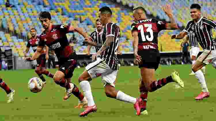 Dodi carrega a bola observado por Yago e Evanílson; trio deu mais equilíbrio ao Fluminense - Mailson Santana/Fluminense FC - Mailson Santana/Fluminense FC