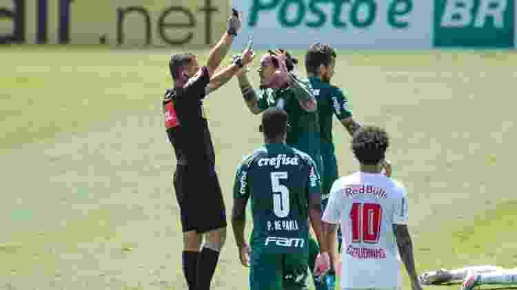Jogadores do Palmeiras reclamam com a arbitragem durante partida contra o Bragantino no Brasileirão - Diogo Reis/Diogo Reis/AGIF - Diogo Reis/Diogo Reis/AGIF