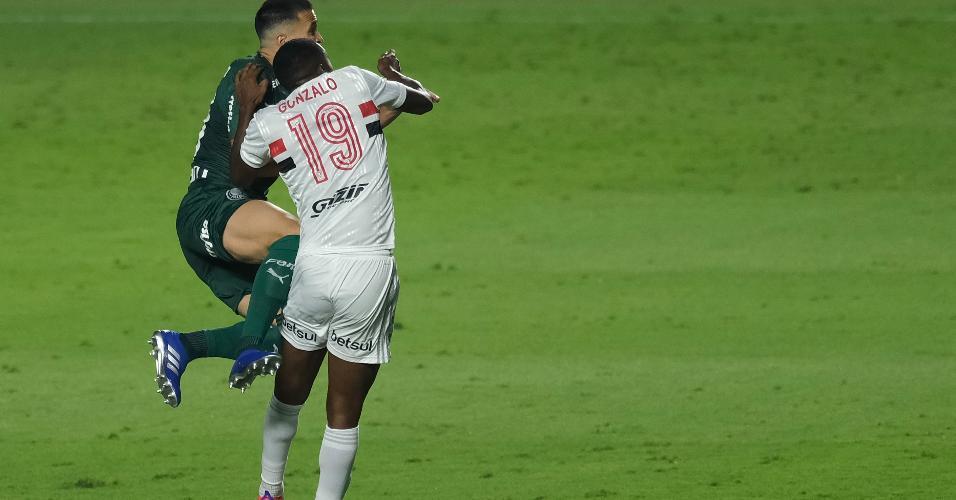 Gonzalo Carneiro, do São Paulo, sente após dividida com Luan, do Palmeiras, e sai do clássico do Brasileirão 2020