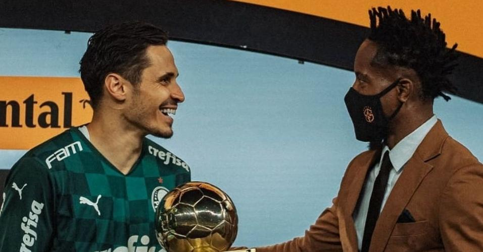 Raphael Veiga recebe prêmio das mãos de Zé Roberto após título da Copa do Brasil
