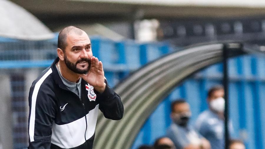 Danilo, técnico do Corinthians, à beira do gramado da Fazendinha, em duelo contra o Santos pelo Brasileirão de aspirantes - Rodrigo Gazzanel / Agência Corinthians