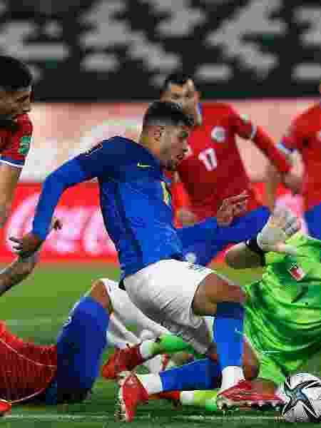 Bruno Guimarães disputa lance em Chile x Brasil nas Eliminatórias - Getty Images - Getty Images