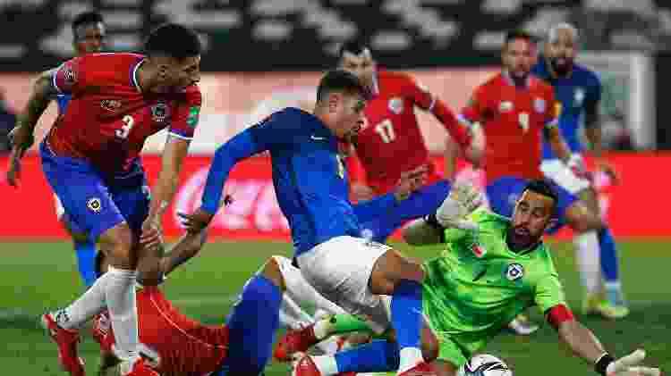 Bruno - Bruno Guimarães disputa lance em Chile x Brasil nas Eliminatórias - Bruno Guimarães disputa lance em Chile x Brasil nas Eliminatórias