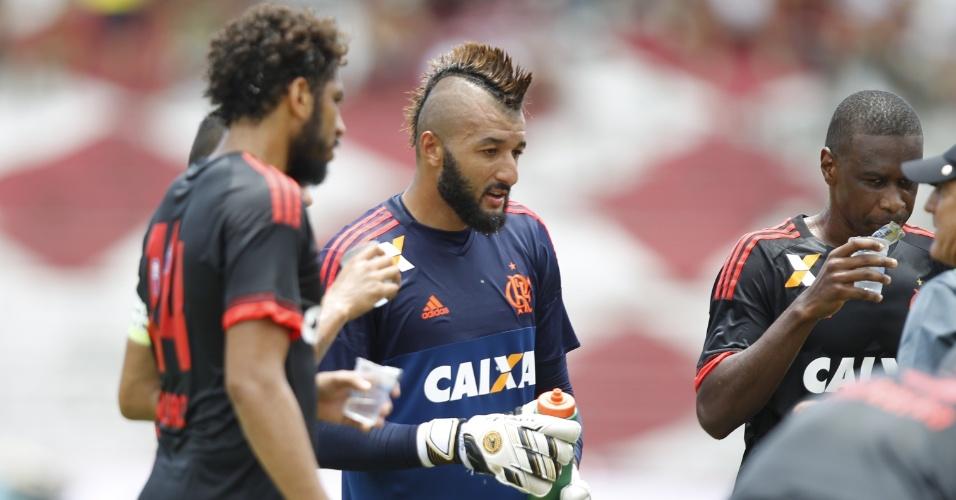 Goleiro Alex Muralha foi o único jogador a aturar durante os 90 minutos do amistoso entre Flamengo e Santa Cruz