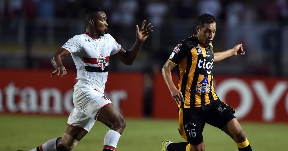 Thiago Mendes briga com Walter Veizaga, do The Strongest, pela bola