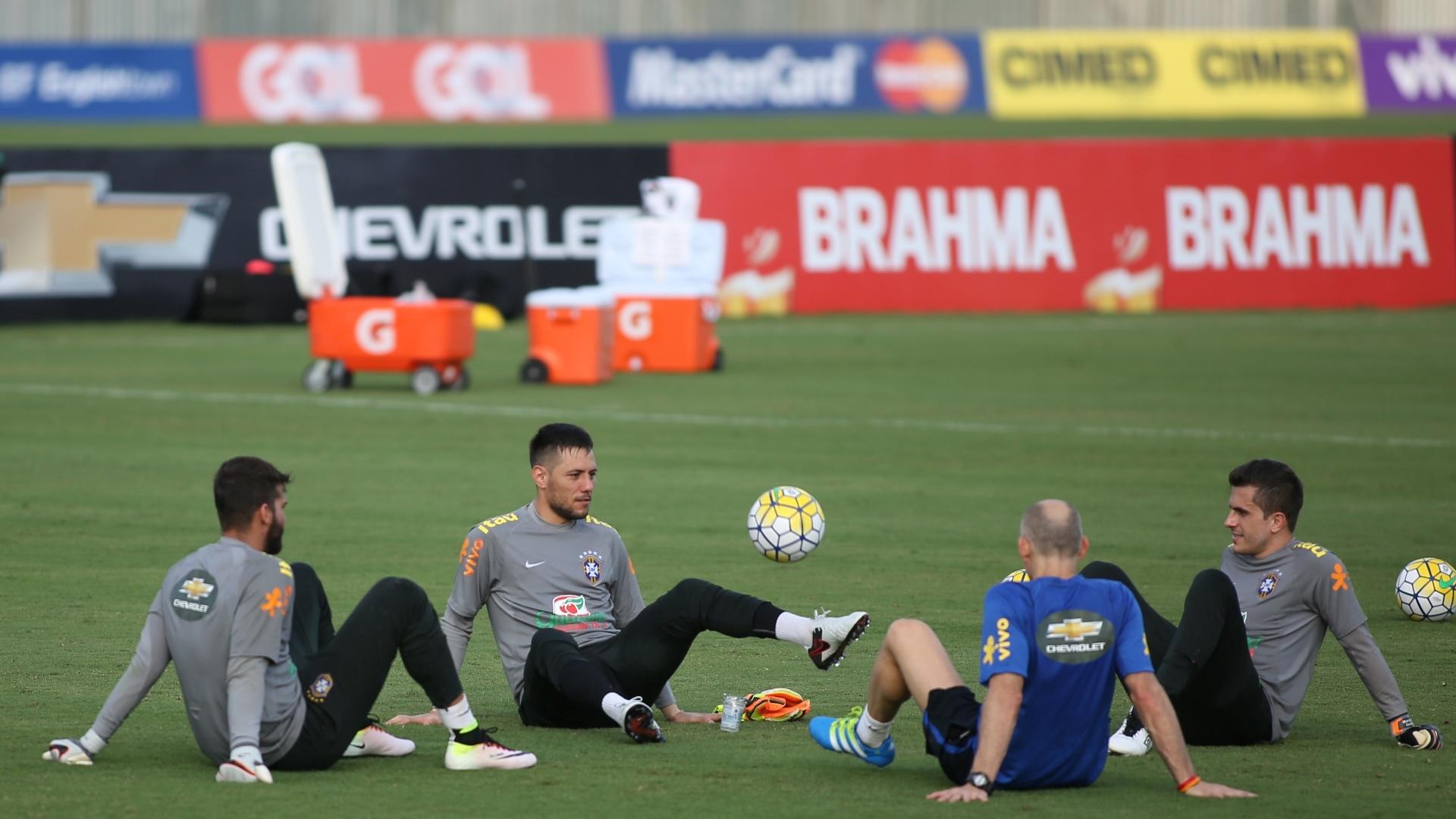 Com o preparador Taffarel, goleiros brincam durante treino da seleção