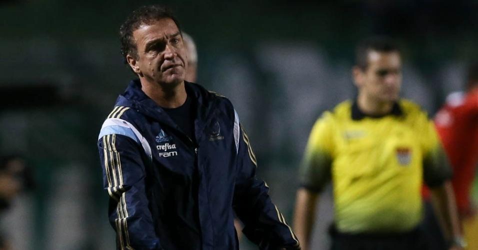Cuca em ação no comando do time do Palmeiras contra o Red Bull, no Pacaembu