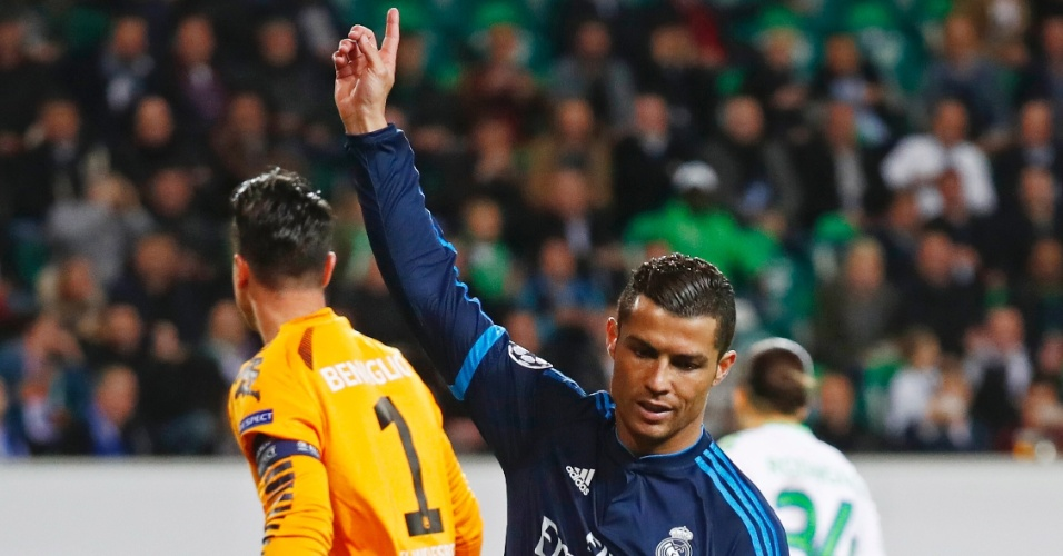 Cristiano Ronaldo reclama após arbitragem anular seu gol na partida entre Real Madrid e Wolfsburg pela Liga dos Campeões
