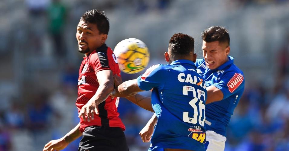Bruno Viana e Lucas Romero, do Cruzeiro, disputam bola com Kieza, do Vitória
