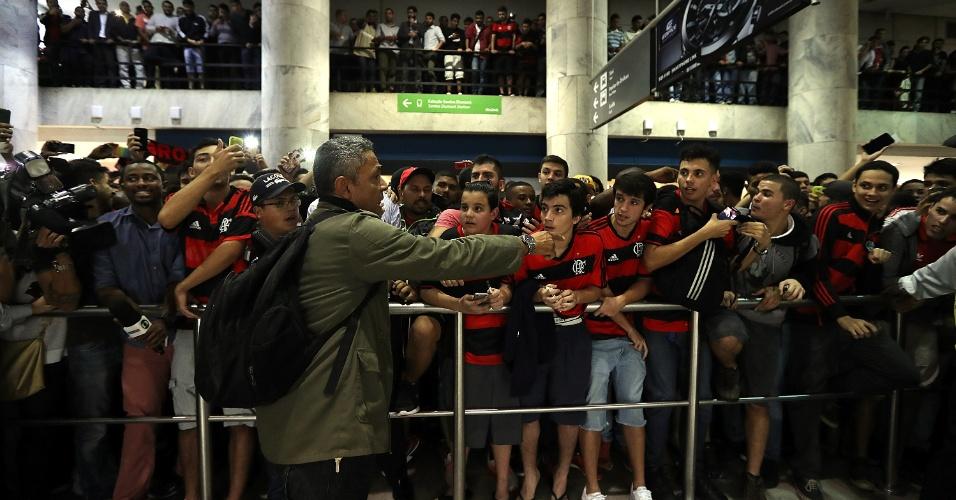 Até mesmo crianças foram receber Diego e se espremeram para ver o ídolo de perto no aeroporto