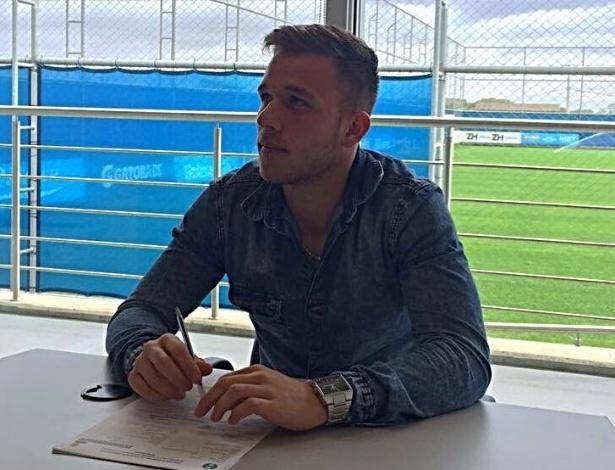 Volante Arthur assina renovação de contrato com o Grêmio até o fim de 2019