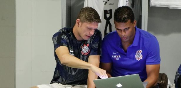 Fernando Lázaro ao lado do meia Marlone em novembro passado