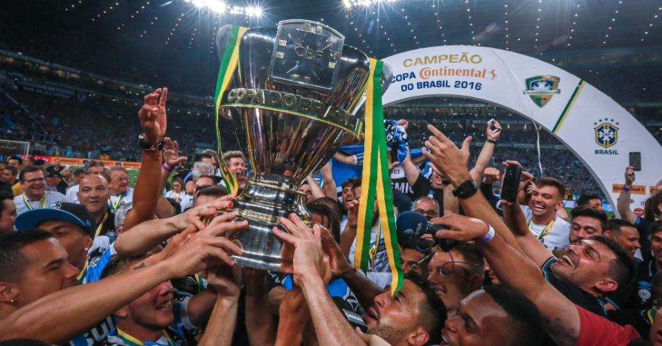 Jogadores do Grêmio levantam a taça de campeão