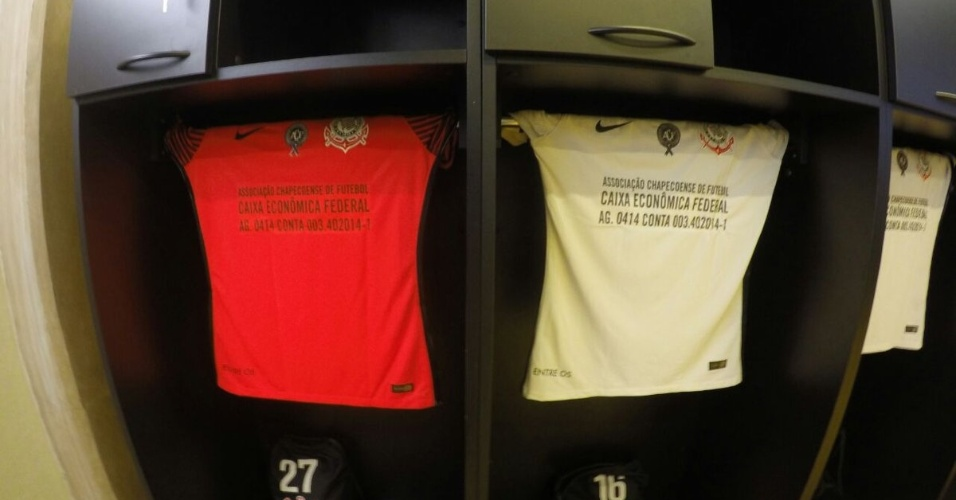 No jogo contra o Cruzeiro, camisas do Corinthians deixam de lado patrocinador e estampam conta bancária da Chapecoense, de forma a incentivar doações