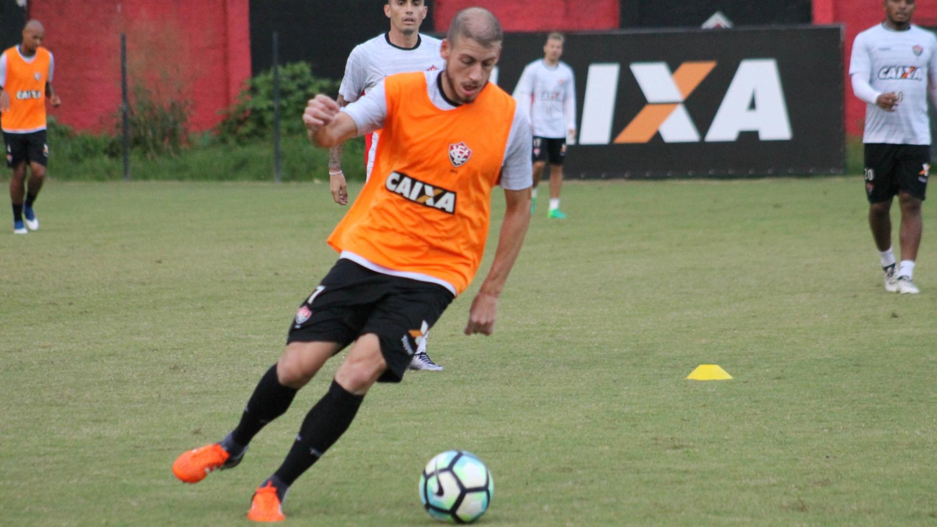 Uillian Correia participa de treino do Vitória