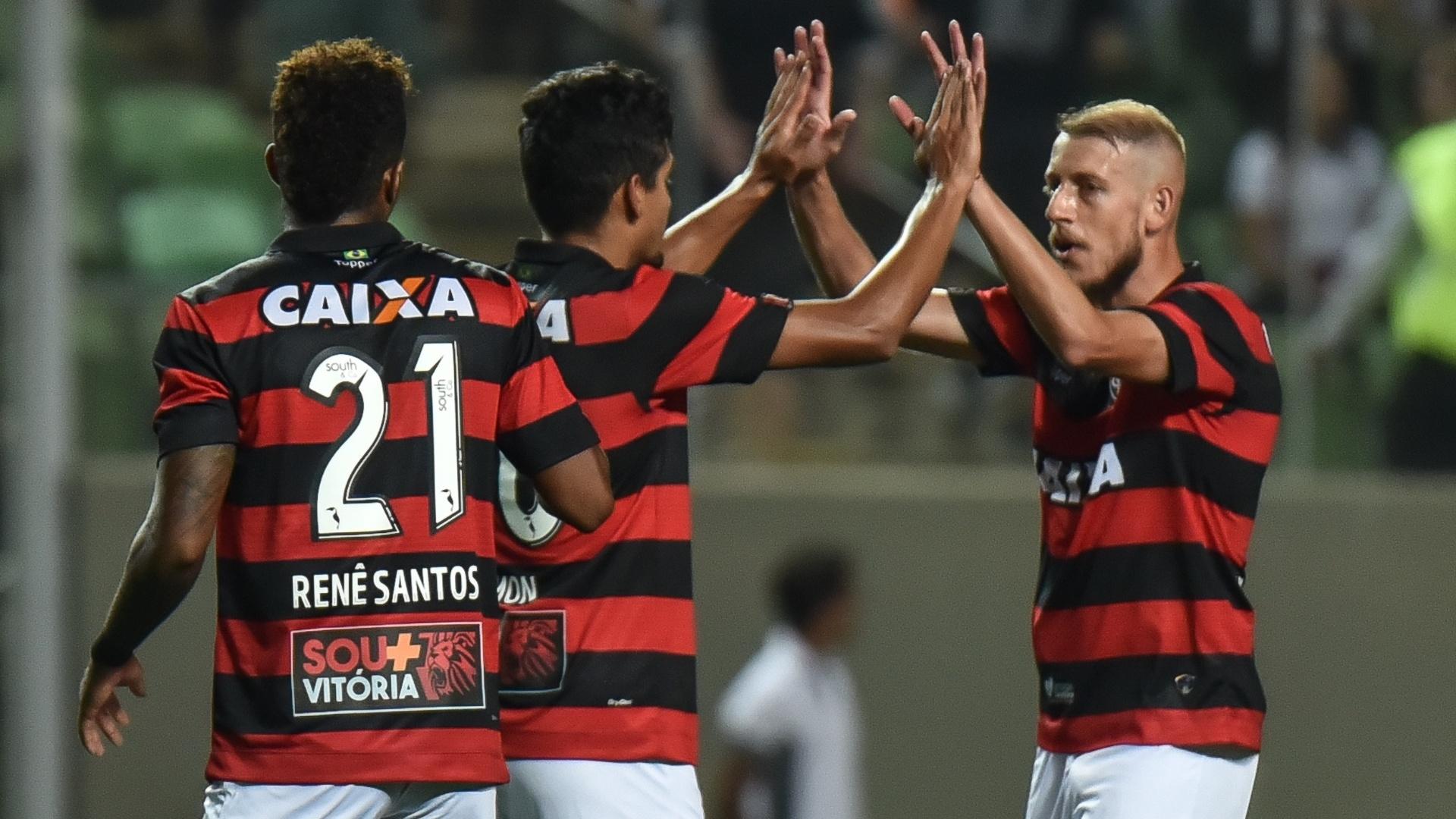 Jogadores do Vitória comemoram triunfo sobre o Atlético-MG