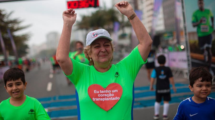 Ivonette Balthazar comemora após completar corrida no Rio de Janeiro - Mauro Pimental/AFP