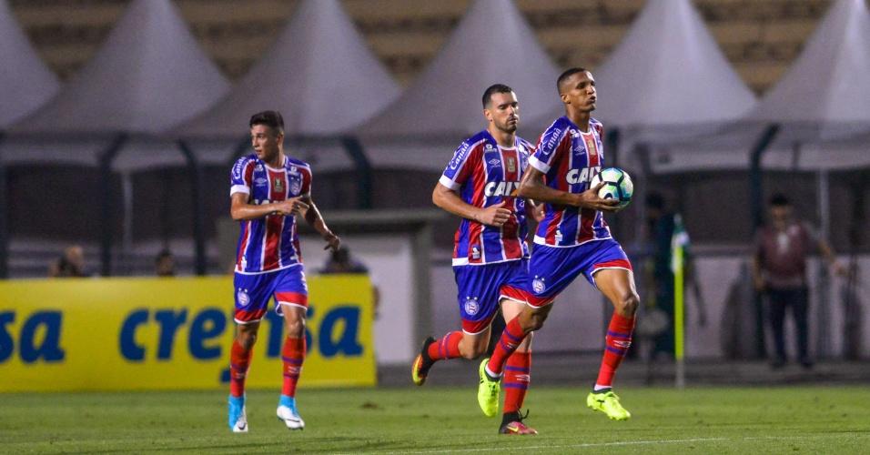 Edigar Junior pega a bola e comemora gol do Bahia contra o Palmeiras