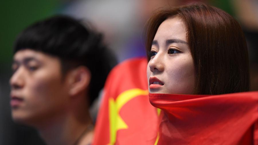 Torcedora acompanha a equipe de tênis de mesa da China na Rio-2016 - AFP PHOTO / Jim WATSON