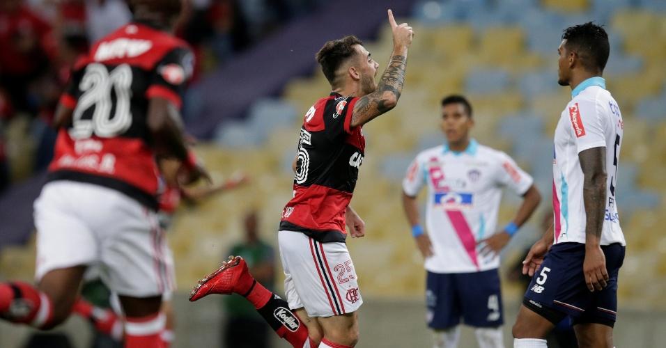 Felipe Vizeu comemora gol da virada do Flamengo diante do Junior de Barranquilla