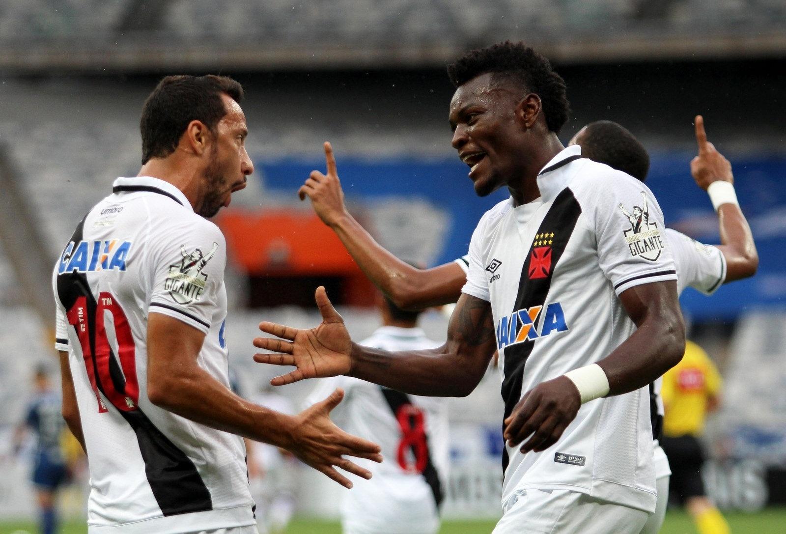 Paulão comemora com Nenê o gol do Vasco diante do Cruzeiro, no Mineirão, pelo Brasileirão