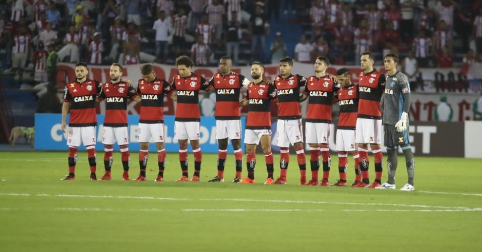 Jogadores de Flamengo e Junior fazem um minuto de silêncio pela Chapecoense