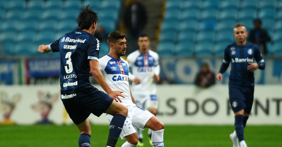 Geromel disputa a bola com De Arrascaeta em jogo entre Grêmio e Cruzeiro