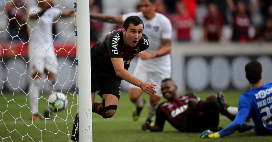 O atacante Pablo comemora gol do Atlético-PR diante do Fluminense