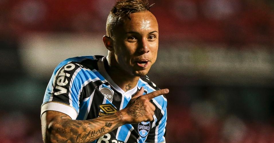 Everton comemora gol do Grêmio sobre o São Paulo no Morumbi