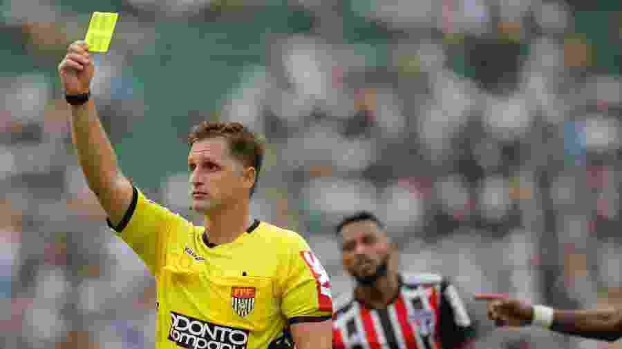 Árbitro Vinicius Furlan durante partida entre Santos x São Paulo no Pacaembu  - Daniel Vorley/AGIF