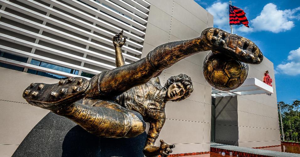 Estátua de Zico na entrada do novo módulo do CT do Flamengo
