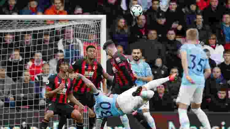 Otamendi, zagueiro do Manchester City, tenta voleio  - Matthew Childs/Reuters - Matthew Childs/Reuters