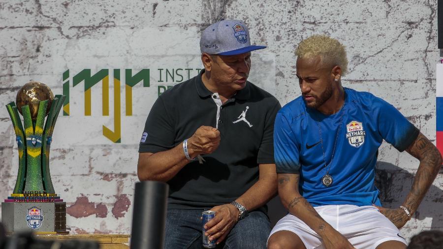Neymar e seu pai durante evento do instituto na Praia Grande   - Miguel Schincariol/AFP