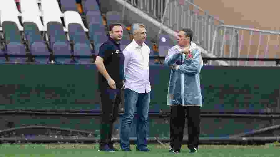 André Mazzuco (diretor executivo), Alexandre Campello (presidente) e Luxa conversam durante treino do Vasco - Rafael Ribeiro / Vasco