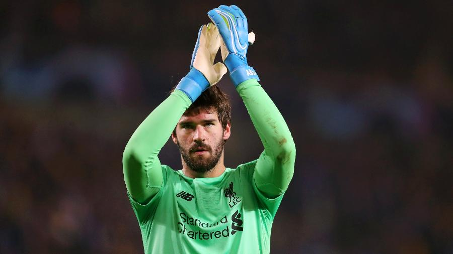 Alisson cumprimenta torcida do Liverpool - Catherine Ivill/Getty Images