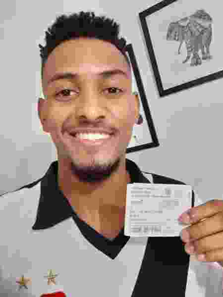 Vascaíno Gabriel Lopes, de 21 anos, com seu ingresso do jogo contra o Fla: ainda irá trocar pelo de hoje - Arquivo Pessoal
